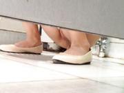 厕所偷拍公司女同事没想到竟然是个白虎