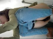 某站流出医院尾随几个妹子进女厕偷窥眼镜美眉下面毛多又黑真想伸手进去摸一把