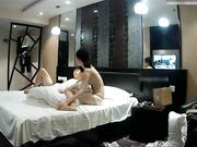 豪华酒店偷拍性感苗条的大长腿美女被迫穿上男友从网上买的黑丝情趣装,太性感被男的抱在床角猛操!