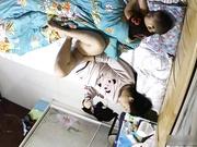 偷拍居家寂寞少妇孩子在旁边睡了她用手机视频聊天与网友虚拟做爱对方撸J8她用镜头照逼边搞边聊