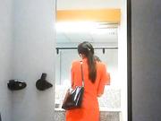 机场偷拍国泰航空空姐专用女厕几个颜值不错的美女嘘嘘