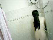 老婆上夜班浴室偷放摄像头偷窥小姨子洗澡