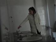 男扮女装尾随妹子进女厕拍白色羽绒服的清纯校花,她还怀疑的望了我一眼
