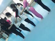 胆大包天牛人某艺术培训班偸拍女学员上课练舞更衣间换衣卫生间嘘嘘妹子像个处女尿尿一条线