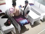 中医按摩养生馆丰满大奶熟女骗丈夫去按摩却享受猥琐老中医舔逼扒光啪啪服务肏了3次过足了瘾