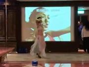 和几个老同学聚会去KTV玩看模特跳脱衣钢管舞长得像思聪的背心哥真幸运被赤裸的模特性挑逗