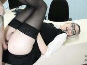 年轻的秘书在办公桌上被双洞肏