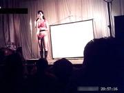 乡村县城小剧场效益差改行艳舞钢管歌曲表演愣头青小伙还上台互动重头戏在最后妹子样貌身材没得说可惜了