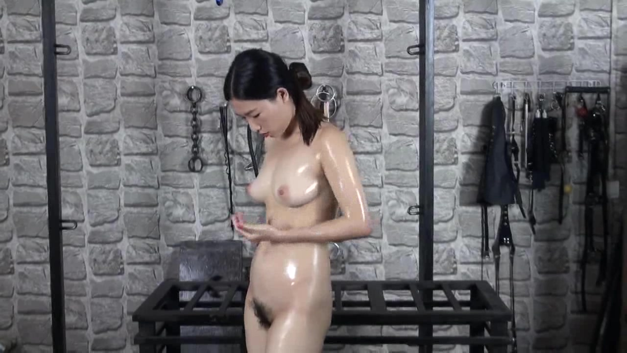 猥琐摄影师采购的新式铁笼调教奶子很漂亮的广州靓妹冰冰
