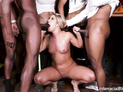 在酒吧被一群黑汉子轮交后,淫娃candice Dare活了下来