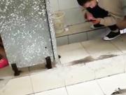 妹子下课拿着手机进厕所把全班女同学嘘嘘拍了个遍