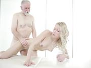 邀请女孩给自己推油按摩的时候摸圆融性感屁股鸡巴硬了直接开操