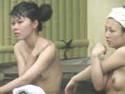长焦距偷拍室外露天温泉全裸泡澡的女人们形态各异有个少妇边泡边晃奶子做运动1080P超清