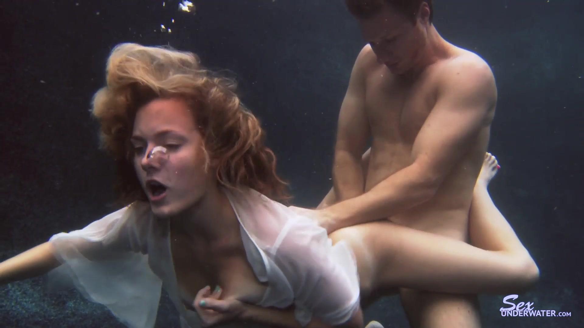 唯美系气质女郎白色内衣下乳房在水下时隐时现被抱着屁股舔着嫩逼玩上下姿势后入插入