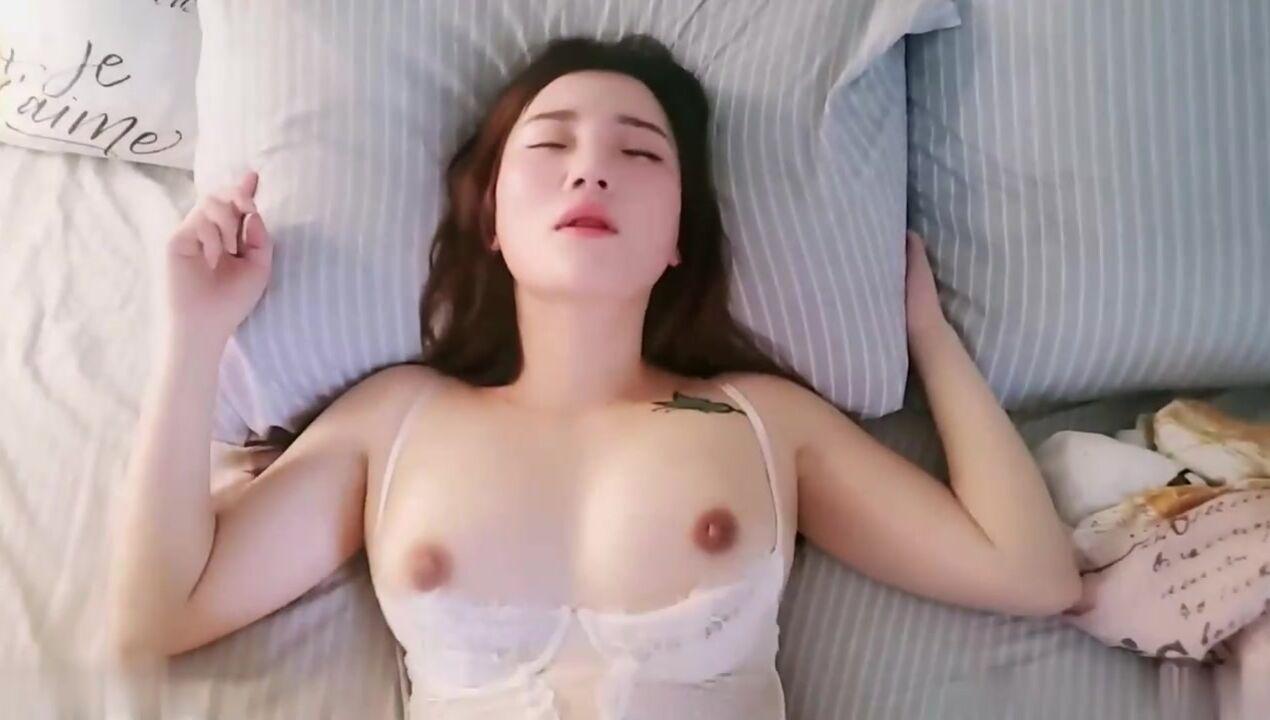 女神用温柔口交唤醒你的性欲乞求你来干她
