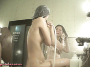最新流出大众公共浴池暗藏针孔TP女士间内部春色各式诱人胴体尽收眼底高颜值美女貌似和妈妈一起来洗澡的1080P超清