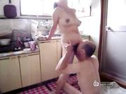 中年夫妻厨房自拍特别嗨~~