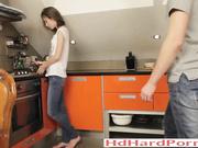 在廚房青少年情侶第一次肛交