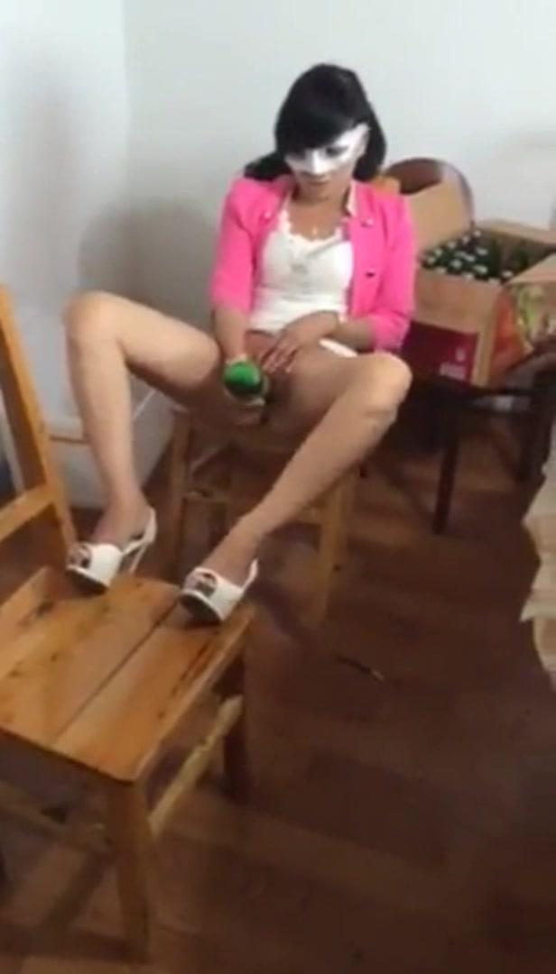年輕漂亮的美女下體練就絕活 噴酒噴出數米遠