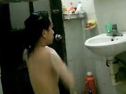 窗外偷看邻家小妹洗澡 处女就是不一样 胸部挺拔又饱满