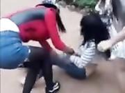 某地农村初中女学生打架脱衣服