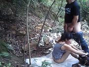 小树林野战系列身体健壮鸡巴很小的嫖客把黑色小野鸡压在到处是垃圾的地上啪啪