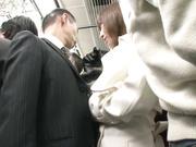 [DANDY-541] 「男性の皆様!満員電車で勃起させたチ○ポを周りからバレないように手袋で隠してもてあそぶ小悪魔美淑女にご用心ください」 VOL.1