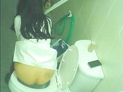 这么有气质漂亮的女神是谁把她给灌醉了 貌似喝多了在厕所里不停往B里垫纸擦拭