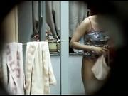 极限女生宿舍破了个洞偷拍学妹身体满足偷窥欲望,身材匀称阴毛性感,太兴奋了