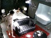 主题酒店豪华套房水滴摄像头偷拍眼镜男同学一边看电影一边和女友啪啪屌到这骚货尖叫