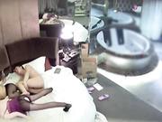 水滴摄像头偷拍情趣酒店屌丝男玩3P缺个女伴用充气娃娃代替