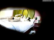 精品小旅馆偷拍胖哥和爱自拍时尚妹子开房啪啪妹子玩着手机摸完逼手也不洗吃葡萄